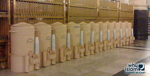 Ежедневно в мечеть доставляют воду зам-зам из Мекки
